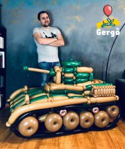 Egy lufiból hajtogatott tank